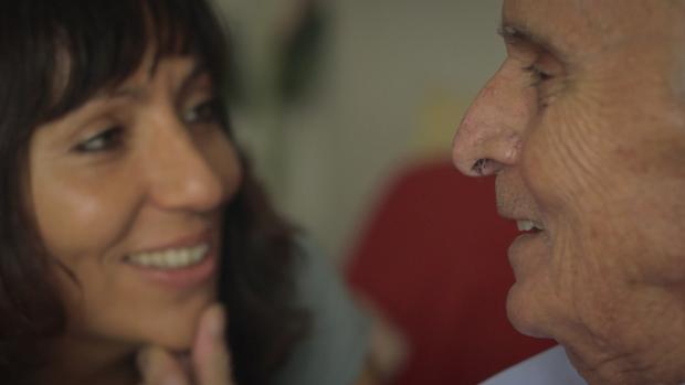 La autora, Susana García, en una bonita imagen en la que sonríe a su padre hoy fallecido por alzhéimer