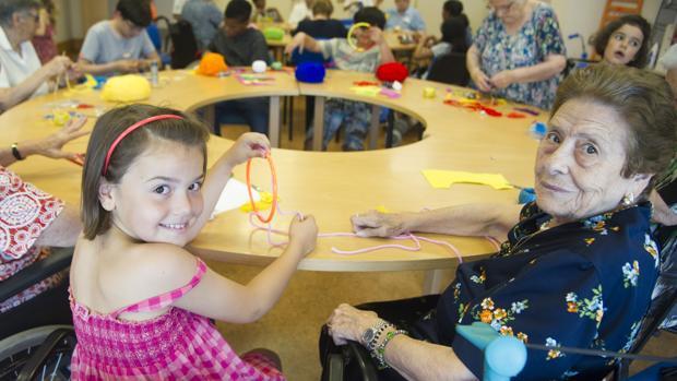 Niños y mayores comparten jornada en la residencia Amavir (Coslada, Madrid)