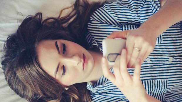 Los menores de 25 años miran el móvil más de 150 veces al día.