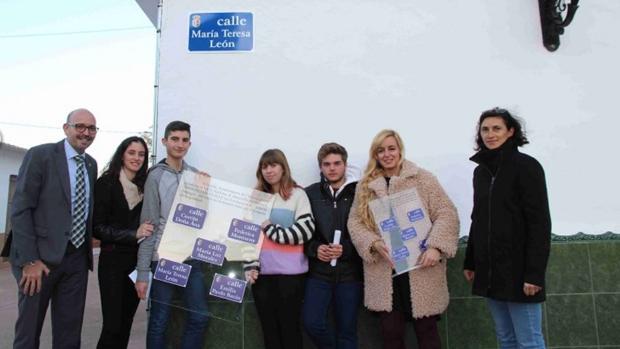 Alumnos del IES Cartima junto a su profesora Rosa Liarte y el alcalde de la ciudad tras la inauguración de las nuevas calles con nombre de mujer