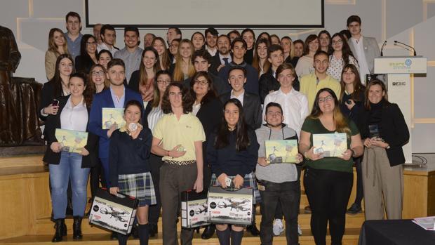Foto de familia de los ganadores, profesores y el jurado de los premios Startinnova