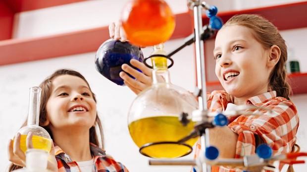 Unas niñas, haciendo experimentos científicos.