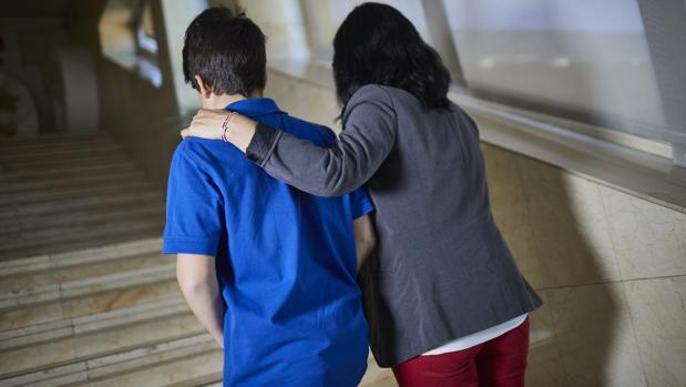 Ana, junto a su hijo Pablo, al que ha dado toto su apoyo para avanzar en su correcto desarrollo emocional