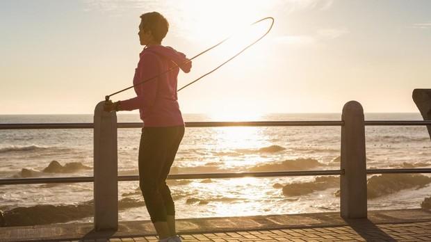 Saltar a la comba es un buen ejercicio de calentamiento, antes de comenzar una rutina más completa de ejercicios