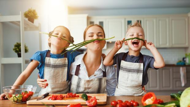 Cuatro trucos que no fallan para cocinar en familia y que tus hijos coman...