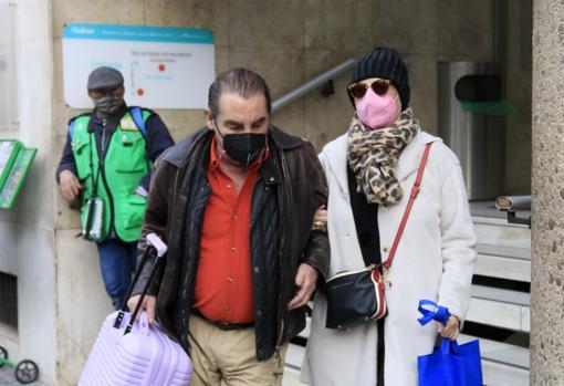 La televisiva y su marido, a la salida del hospital esta mañana