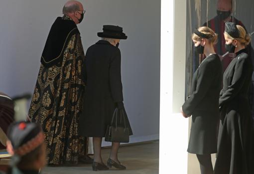 Isabel II entró en la Capilla de San Jorge acompañada por el obispo de Windsor