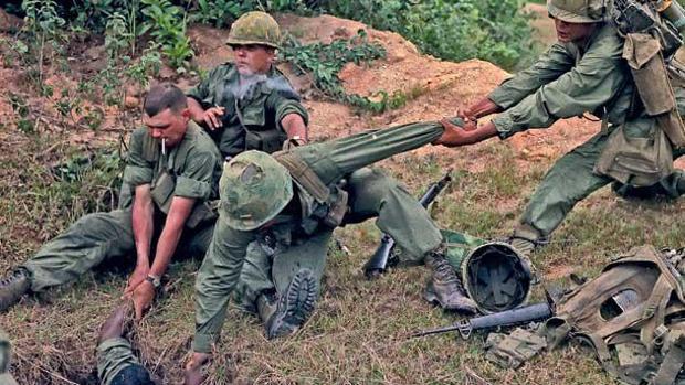 Soldados norteamericanos inspeccionan un túnel del Vietcong