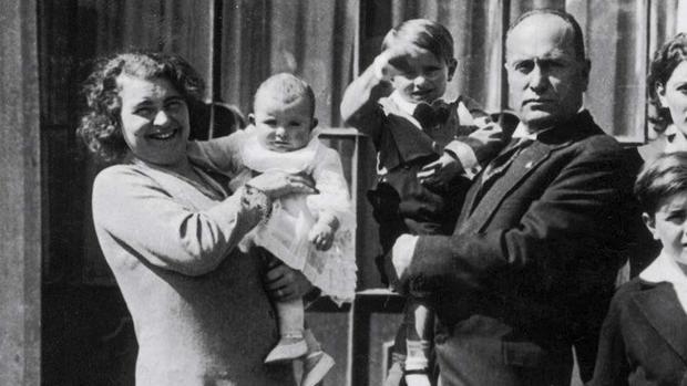 Benito Mussolini, junto a su mujer,y dos de sus hijos, en una imagen de archivo