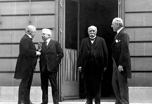 George, Orlando, Clemenceau y Wilson , el «Comité de los cuatro», durante un descanso en las negociaciones de Versalles.