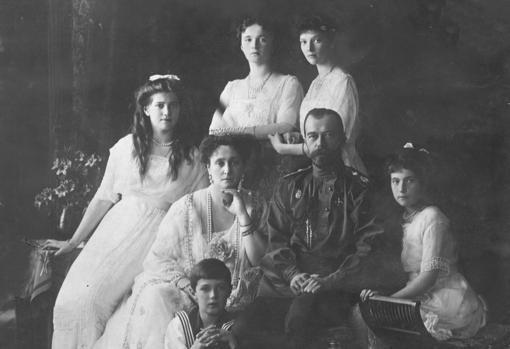 La familia imperial rusa, con el zar en medio, un año antes de que todos fueran fusilados y acuchillados