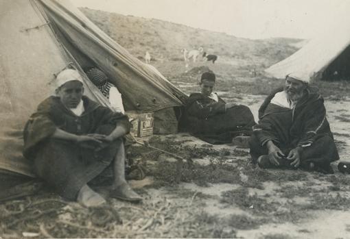 Guerra de Marruecos, el padre y un hijo de Abd el krim antes de partir para Fez.