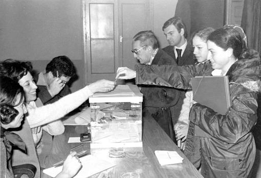 El 6 de diciembre de 1978 tuvo lugar el referéndum en el que los españoles ratificaron la Constitución española