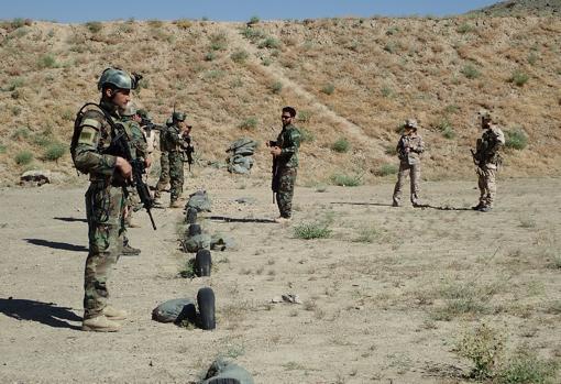 Soldados afganos, bajo la supervisión de miembros del MOE