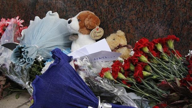 Recuerdo de las víctimas del accidente del avión ruso en la Península del Sinaí, en la Embajada de Rusia en El Cairo, hoy