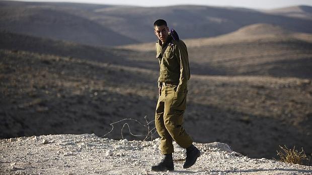 Un soldado israelí camina cerca de la frontera entre Israel y Egipto