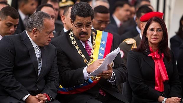El presidente de la Asamblea Nacional de Venezuela Diosdado Cabello; el presidente de Venezuela, Niclas Maduro y La primera dama de Venezuela, Cilia Flores