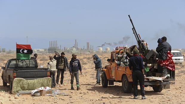 Rebeldes ante instalaciones petrolíferas de Ras Lanuf en 2011, asaltadas estos días por Daesh
