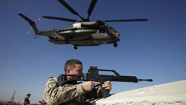 Soldados alemanes aseguran la zona de aterrizaje de un helicóptero en Kunduz, Afganistán, en una imagen de 2010