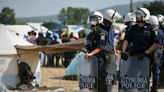 Agentes griegos montan guardia en el campo de refugiados de Idomeni