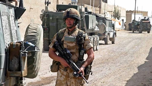 Un soldado británico patrulla en la ciudad afgana de Kandahar