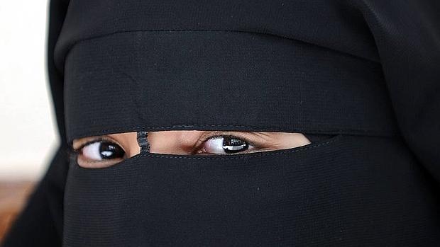 Una mujer musulmana vestida con un niqab