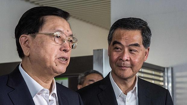 El jefe del Ejcutivo del Hong Kong,Leung Chun-ying (derecha) escucha a Zhang Dejiang, número tres del régimen chino, durante un acto celebrado ayer