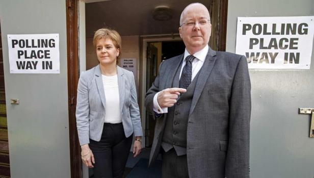 La Primer Ministro de Escocia y líder del SNP, Nicola Sturgeon, a la izquierda junto a su marido, Peter Murrell, tras votar en el referéndum sobre la permanencia en la Unión Europea