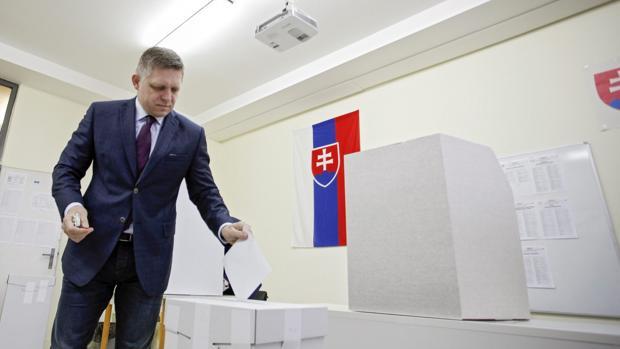 El primer ministro de Eslovaquia, Robert Fico, deposita su voto en las pasadas elecciones parlamentarias de marzo