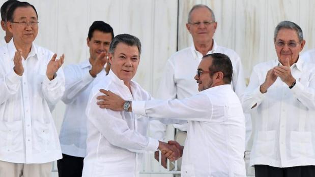 Juan Manuel Santos junto a Timoleón Jiménez «Timochenko», en la ceremonia del 26 de septiembre
