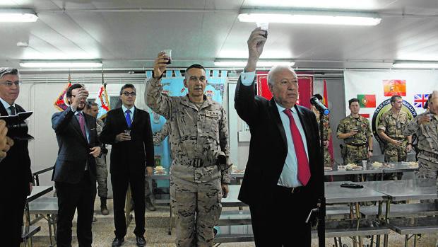 Garcia-Margallo brinda con los soldados de la base española de Besmaya