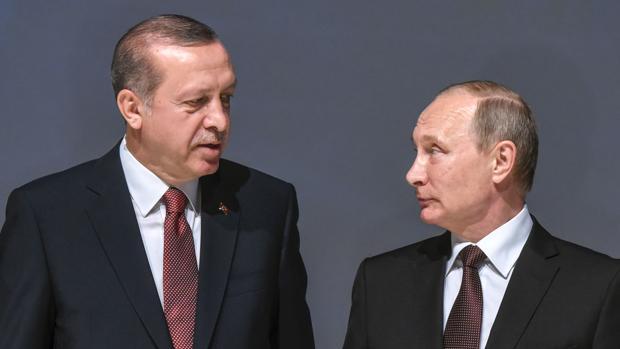 El presidente turco, Recep Tayip Erdogan, habla con su homólogo ruso, Vladimir Putin, el pasado 10 de octubre durante el XXIII Congreso de la Energía Mundial en Estambul