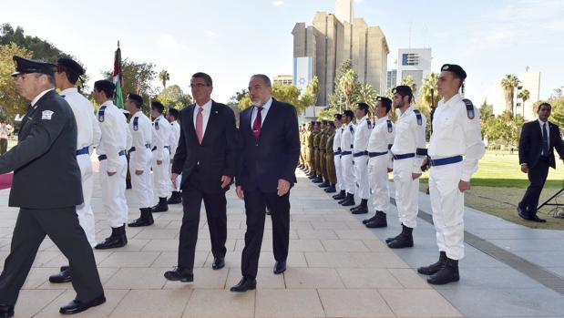 El ministro de Defensa israelí, Avigdor Lieberman (c-dcha), durante la ceremonia de bienvenida ofrecida al secretario de Defensa estadounidense, Ashton Carter (c-izq), en la sede del Ministerio en Tel Aviv (Israel) el pasado 12 de diciembre