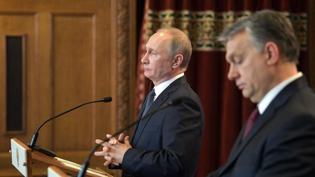 El presidente ruso, Vladimir Putin (i), y el primer ministro húngaro, Viktor Orbán (d), durante La rueda de prensa conjunta en Budapest,