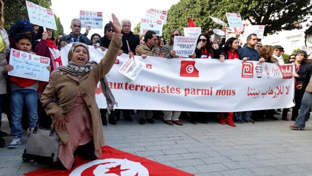 Los tunecinos se manifiestan en la avenida Habib Bourguiba en Túnez en contra del regreso de compatriotas que luchan para grupos extremistas en el extranjero. La pancarta dice «No queremos terroristas entre nosotros»