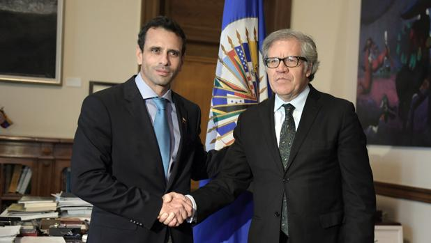 El gobernador opositor venezolano Henrique Capriles (i) se reúne con el secretario general de la OEA, Luis Almagro