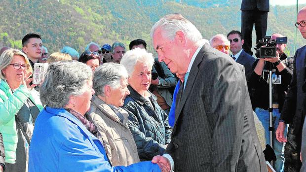 Tillerson asiste ayer a un acto en memoria de las víctimas de la II Guerra Mundial en Sant'Anna di Stazzema
