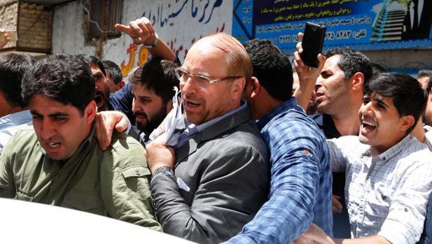 El excandidato a la presidencia de Irán y alcalde de Teherán, Mohamed Galibaf, seguido de sus seguidores, tras un mitin electoral en una mezquita de la ciudad de Varamin este domingo