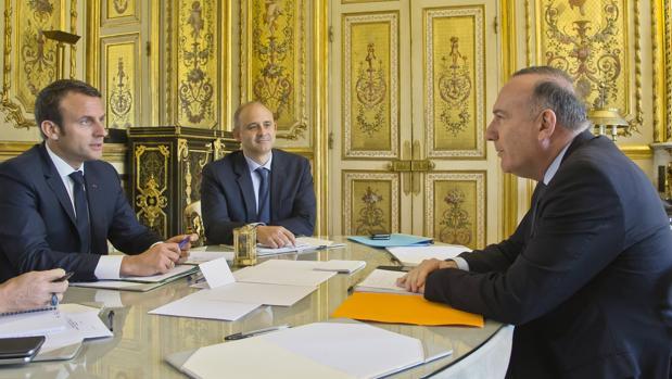 El presidente de Francia Emmanuel Macron (izda) se reúne con el presidente de la patronal francesa Medef, Pierre Gattaz (derecha)