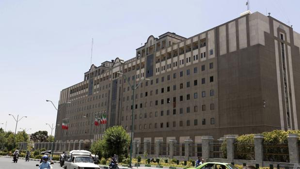 Vista del Parlamento iraní un día después del atentado perpetrado contra la Cámara en Teherán