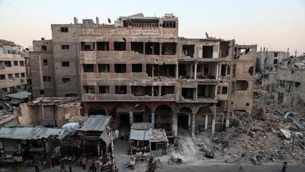 Puestos comerciales en una ciudad bombardeada de Siria