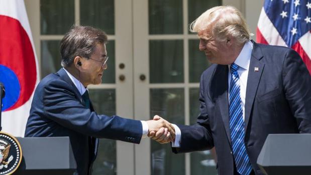 El presidente estadounidense, Donald Trump, estrecha la mano de su homólogo de Corea del Sur, Moon Jae-in