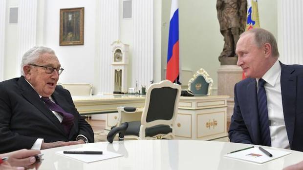 El ex secretario de Estado de Estados Unidos, Henry Kissinger, junto al presidente de Rusia, Vladímir Putin