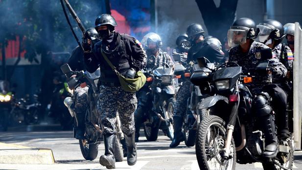 La policía bolivariana, durante las protestas de hoy en Caracas