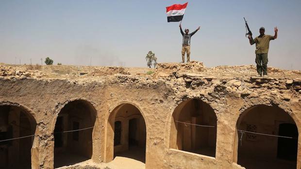 Miembros del ejército iraquí celebran la victoria en Tel Afar