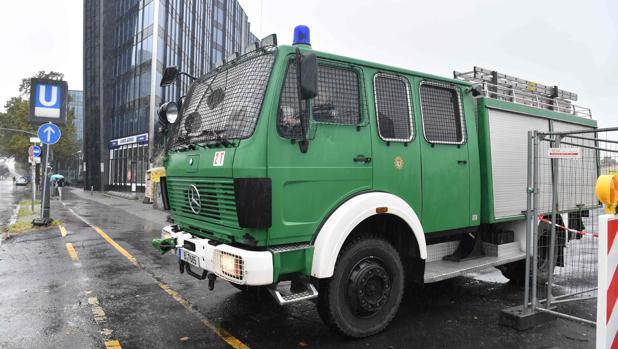 Un vehículo policial abandona el recinto de obras donde se ha localizado la bomba de la II Guerra Mundial