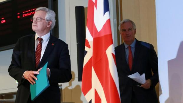 El ministro británico para el «Brexit», David Davis (i), y el negociador jefe de la UE, Michel Barnier