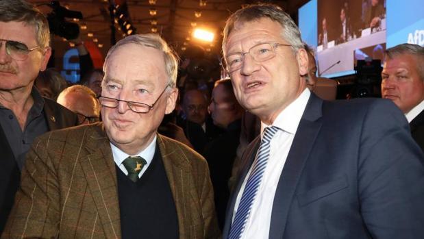 Jörg Meuthen (d) y Alexander Gauland, elegidos presidente y copresidente de Alternativa para Alemania (AfD), este sábado en Hannover