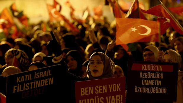 Varios manifestantes gritan eslóganes durante la protesta en Estambul contra la decisión de Trump