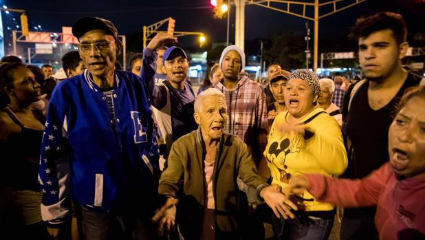 Un grupo de personas protesta en la noche de este miércoles en Caracas